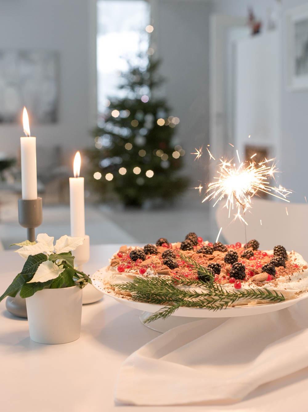 Talvinen pavlova uudenvuoden juhliin