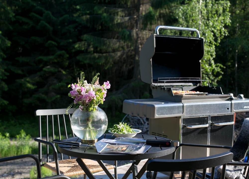 Maistuva juhannusherkku: grillipitsa & tuoreet yrtit