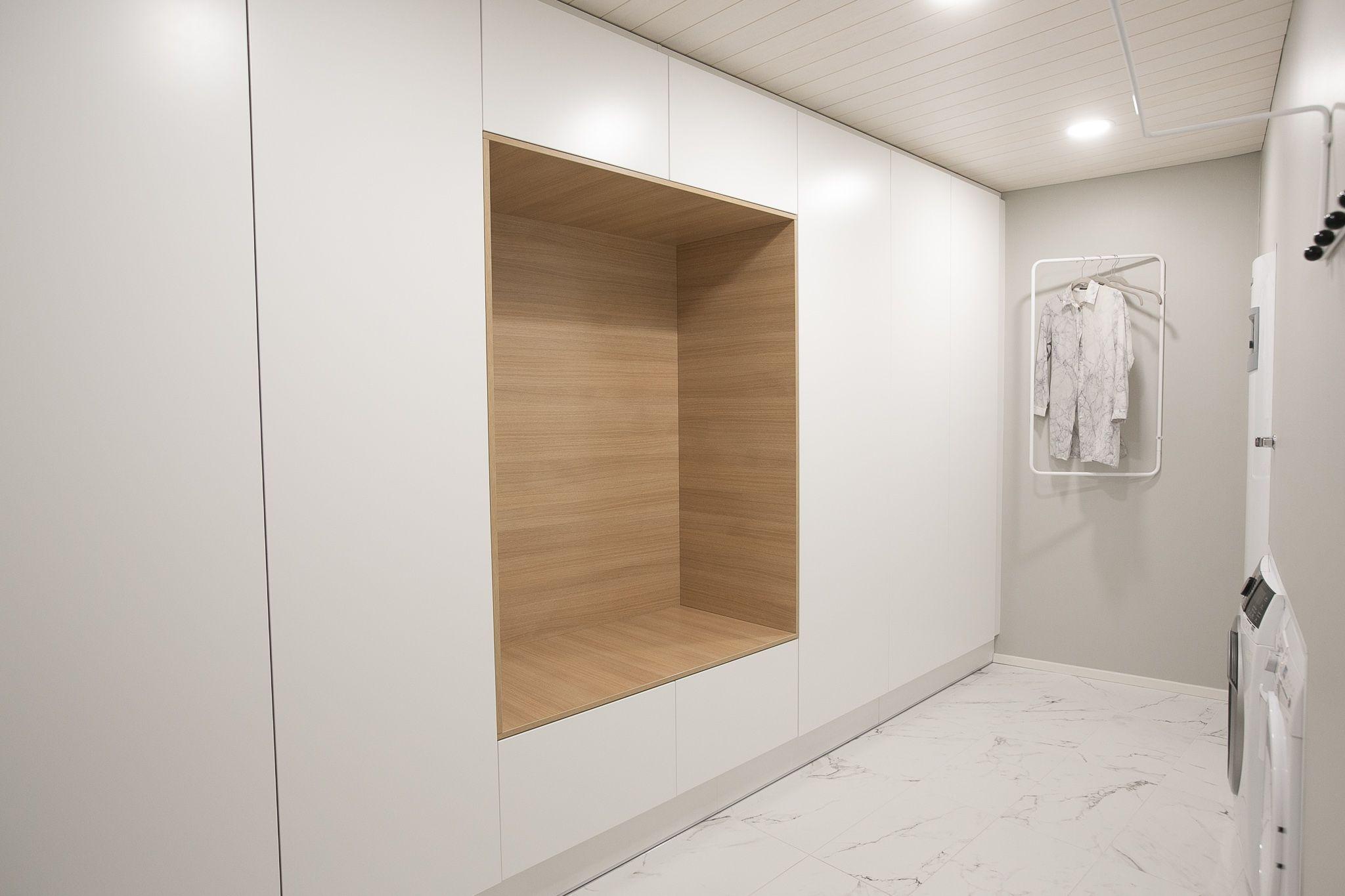 Kodinhoitohuone ja minimalistinen vaaterekki